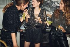 Mango heads to London with a new editorial called, 'Intimate Dinner'. The fashion shoot spotlights holiday 2019 style with a party hosted by sisters Quentin and… High Street Fashion, Party Looks, Holiday Fashion, Party Fashion, Moda Mango, Outfits Fiesta, Party Mode, Holiday Party Dresses, Mars