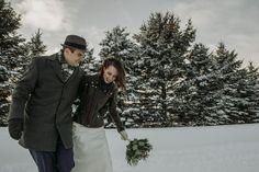 5 TRUCS POUR UN MARIAGE D'HIVER RÉUSSI   Ah! Un mariage d'hiver… Ça a un charme qu'il est impossible de recréer en toute autre saison. La lumière rosée toute douce de l'après-midi et les flocons qui tombent doucement c'est féérique, ça donne des ambiances uniques qu'on ne retrouve qu'à ce temps-ci de l'année! Couple Photos, Couples, Wedding, Stuff Stuff, Winter, Weddings, Flakes, Glamour, Other
