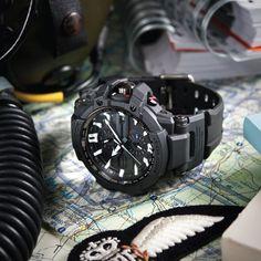 Die G-Shock Gravity Defier (GW-A1000-1AER) wurde gemeinsam mit Piloten der Royal Air Force entwickelt und ist dort mittlerweile täglich im harten Einsatz. Die Liste der technischen Features ist so …