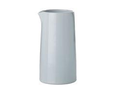 1Modernes Design trifft auf einen Hauch Retro. In dem Thermomilchkännchen EMMA vereint sich das Design der Vergangenheit in moderner Interpretation. Das schöne Thermomilchkännchen aus doppelwandigem Porzellan sorgt dafür, dass die Milch warm gehalten wird, das Milchkännchen außen aber kühl ist. Ob Sie warme Milch zum Warmhalten einfüllen oder das Milchkännchen zum Erhitzen der Milch in die Mikrowelle stellen, ist Ihnen überlassen. Vervollständigen Sie die Serie EMMA von Stelton mit weiteren…