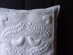 Pillow ...v bílé... Bělostný povlak na polštář s motivem ptáčků ušitý technikou trapunto. Rozměr 50 x 50 cm. Vzadu zapínání na dva knoflíčky.