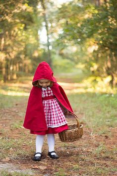 Tutorial: Little Red Riding Hood cape for little girls Crystal from Stitched by Crystal shows how to make a hooded cape, like her daughter is wearing as part of her Little Red Riding Hood Halloween co Little Red Riding Hood Halloween Costume, Red Riding Hood Party, Halloween Sewing, Halloween Kids, Cape Tutorial, Costume Tutorial, Diy Cape, Sewing Patterns Free, Cape Sewing Pattern