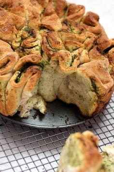 Pszenno-razowy chleb do odrywania z masłem ziołowym Eastern European Recipes, Snack Recipes, Healthy Recipes, Party Snacks, Us Foods, Grilling, Good Food, Food And Drink, Tasty