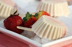 Combina tus sabores favoritos y prepara refrescantes paletas en forma de corazón. Cheesecake, Desserts, Amor, Heart Shapes, Strawberry Fruit, Friendship, Pallets, Easy Recipes, Tailgate Desserts