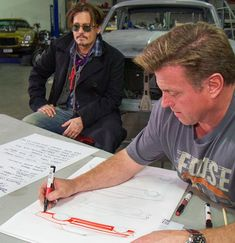 Johnny Depp e Chip Foose na oficina de Overhaulin´' (Foto: Discovery)