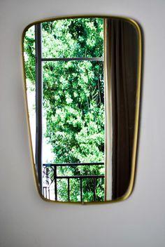 Beau miroir rétro des années 60, avec un contour en aluminium doré. Miroir impeccable!