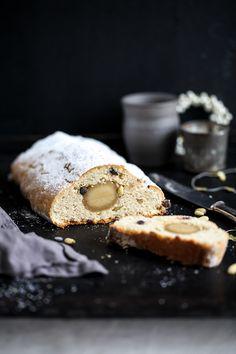 Rezept für Quark Christstollen mit Marzipan, Pinienkernen und Schokolade {Werbung}