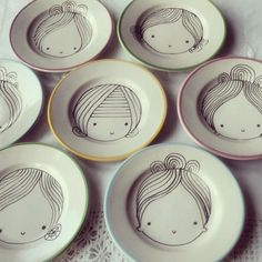 Mini plate faces - absolutely the cutest for sharpie DIY! we could do this with new plates Arte Sharpie, Sharpie Crafts, Sharpie Plates, Sharpie Projects, Sharpie Mugs, Clay Projects, Pottery Painting, Ceramic Painting, Ceramic Art