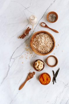 The best make ahead overnight oatmeal with all the flavors of pumpkin spice. Plus these don't have any added sugars and are naturally sweetened. #breakfast #holiday #kidfriendly #makeahead #quickandeasy