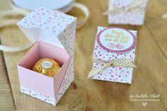 """Hallöchen! Herzlich Willkommen beim Blog-Hop von """"Team Stempelwiese"""" :) Schön dass Du auch bei mir vorbeischaust! Mein Beitrag zu unserer Blogparade mit dem Thema """"Sale-A-Bration"""", sind diese hübschen Ferrero-Rocher-Verpackungen. Sie bieten Platz für genau eine der leckeren Goldkugeln und waren die Gastgeschenke für die Teilnehmerinnen meiner gestrigen Thermomix-Party ;) Regelmäßige Blogleser wissen, dass ich gerne mein eigenes Designerpapier stemple. Und so habe ich es di..."""