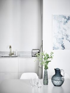blue details in the kitchen for a Scandi Summer feel - Entrance Fastighetsmäkleri