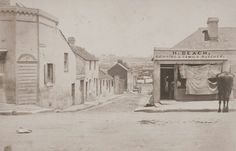 Syrett's Lane,Sydney,off Sussex St in Shipping & Family Butchers at 301 Sussex St. Sydney City, Historical Images, Vintage Images, Family History, East Coast, Old Photos, Australia, Beach, Life