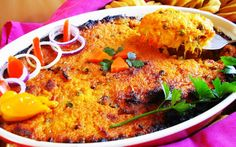 pom - Pom is het populairste (oven)gerecht waarmee de Creolen de Surinaamse keuken hebben verrijkt. Pom wordt gemaakt van wortelknollen van de tayer (Xanthosoma sagittifolium) die in het binnenland van Suriname groeit. In de volksmond noemt men deze tayer pongtaya of pomtayer en het daaruit bereide gerecht noemt men pom.