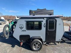 Weighing in at Lbs. The Kodiak Stealth stands out from the crowd of teardrop campers with its rugged look. Diy Roof Top Tent, Top Tents, Vintage Campers Trailers, Camper Trailers, Rv Campers, Travel Trailers, Kodiak Camper, Kodiak Tent, Jeep Camping Trailer