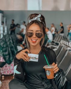 30 Cool Posing Ideas To Battle Boredom In The Airport - Feminine Buzz Instagram Pose, Story Instagram, Girl Photography, Creative Photography, Tumblr Travel, Dark Blonde Hair Color, Best Selfies, Foto Casual, Beach Girls