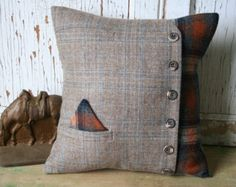 HoundsTooth Pillow Cover Recycled Wool Tweed by SmokinTweed Applique Cushions, Sewing Pillows, Wool Pillows, Diy Pillows, Throw Pillows, Cushion Covers, Pillow Covers, Diy Birthday Gifts For Friends, Fabric Crafts