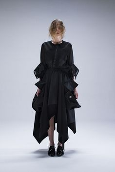 A former patterner for Comme des Garcons, Miyao is reconstructing the deconstruction of Japanese avantgarde. ジャパニーズモードを再提示しようとしている、元コムデギャルソンのパタンナー、miyaoを紹介