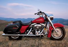 2004 The FLHRSI Road King Custom is introduced. With its low rear suspension and wide handlebars, the FLHRSI brings a beach look to a classic Harley-Davidson motorcycle. Harley Davidson History, Classic Harley Davidson, Harley Davidson Bikes, Harley Dealer, Hd Motorcycles, Road King Classic, Hell On Wheels, Hot Bikes, Motorcycle Design