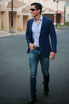O blazer com jeans também fica excelente com uma camisa azul clara.