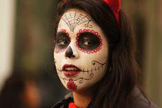 Beautiful Colombian girl during Hallowen in Quindio (photo by  CESAR AUGUSTO RAMIREZ VALLEJO) Sugar Skull Face, Sugar Skull Makeup, Sugar Skulls, Cosmetic Train Case, Makeup Train Case, Thin Eyeliner, Pencil Eyeliner, Sugar Skull Costume, Colombian Girls