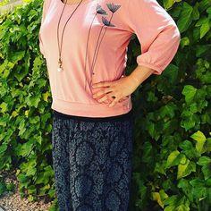WEBSTA @ atelstyle - Esta semana la empezamos con Carme y su camiseta rosa.  #bondia #buenosdías #goodmorning