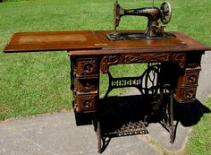 Allan and I just inherited a beautiful, vintage Singer sewing machine like this. Treadle Sewing Machines, Antique Sewing Machines, Vintage Sewing Table, Haberdashery, Furniture Decor, Vintage Christmas, Primitive, Stitches, Random Stuff