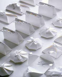 Kleine Geschenk-Böxlis mit Vorlagen - besonders schön: die Kiss-Box, auch wenn ich eher finde, dass sie wie ein kleiner Keks aussieht;-)