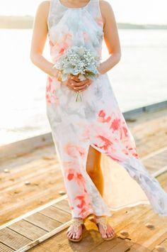 Een mooie bloemenprint doet het goed voor je bruidsmeisjes of als outfit van de gast #bruiloft #trouwen #outfit #gast #kleding #trouwkleding #jurk #wedding #dress #guest #dresscode Trouwkleding met bloemenprint voor de gasten | ThePerfectWedding.nl | Fotocredit: Justin & Mary