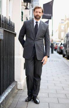 El hombre del traje gris. Color indispensable y prioritario. Traje Gris  Oxford 588c751abf39