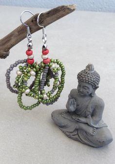 Günstige Ohrringe /natürlich Perlen grün hängend grau hippie boho Holzperlen Glasperlen von FKBMartandaccessory auf Etsy