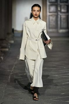 Jil Sander Spring 2020 Ready-to-Wear Fashion Show - Vogue Vogue Fashion, Fashion 2020, Runway Fashion, Spring Fashion, Jil Sander, Vogue Paris, All Black Fashion, All Black Looks, Outfits With Converse