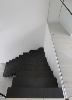 zwarte stalen trap met kwartdraai