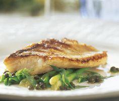 Halstrad gös med bräserad salladslök är en god fiskrätt du tillagar både enkelt och snabbt. Salladslöken, som får smak av smör och buljong, passar väl ihop med den  knaprigt smörstekta fiskfilén av gös och bryts fint av med den syrliga dressingen.