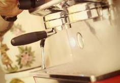 SAUBERE GERÄTE  Vor dem Brühen ist es wichtig, dass Ihre Ausrüstung sauber und frei von alten Kaffeeresten und abgestandenen Kaffee-Ölen ist. Es dauert nur ein paar Minuten sie zu reinigen, aber auf lange Sicht, werden Sie in der Lage sein, den Unterschied zu schmecken. Vermeiden Sie die Verwendung von ungeeigneten Reinigungsmitteln. Für Ihre Kaffeemaschinen bieten diverse Hersteller spezielle natürliche Reinigungsmittel an, die den Geschmack Ihres Kaffees nicht verfälschen.