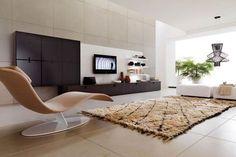 Desain interior ruang tamu dengan pemilihan dan penempatan berbagai furnitur didalamnya serta aksesoris yang sesuai fungsi juga estetika desain akan menambah efek visual yang semakin menarik dipandang.