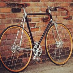 Taking you back in time #tbt a simple #classic #fixie minimalistic in detail yet an eye catcher - a city mans bike ... Check out Huez Tailor Jacket & Chino http://huez.co.uk/products/sports-tailored-jacket had some good reviews toooo!!! #bespoke suit #dapper #cyclist #style #citylife