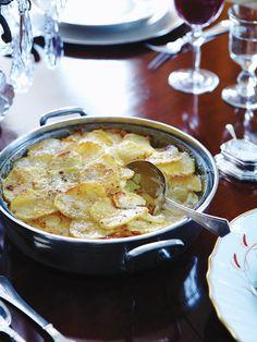 Les rutabagas ajoutent une touche française à cette riche casserole de pommes de terre, de crème et de parmesan qui se fait à l'avance....