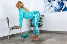 Träna ryggen hemma –5 enkla övningar | Allas.se Back Stretches For Pain, Back Pain, Yoga Fitness, Health Fitness, Morning Stretches, Sciatica Exercises, Tai Chi, Personal Trainer, Breast