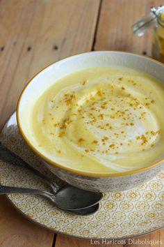 Velouté de chou fleur au curry et lait de coco - 1 petit chou-fleur – 3 carottes – 1 gousse d'ail – 3 cc de curry – 20cl de lait de coco – huile d'olive – sel