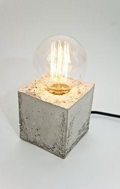 Die LJ Lamp alpha ist ein neues Produkt der Berliner Designwerkstatt LJ Lamps. Ein jedes Exemplar dieser ungewöhnlichen Leuchte ist ein Unikat, das wir mit Präzision und Hingabe bearbeiten.Die LJ Lamp α in Quaderform wird aus Beton von Hand gegossen. Die Betonoberfläche ist je nach verwendetem Ausgangsstoff nach dem Guss glatt und feinporig oder etwas rauher und körniger. Das in verschiedenen Farben erhältliche Textilstromkabel bildet hierzu einen stimmigen Kontrast. Auf der Unterseite der…