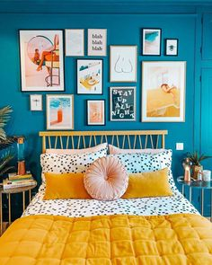 Parede de fundo azul é uma boa pedida para o quarto 💙 Esse contraste com o amarelo ficou Divino!! Fot
