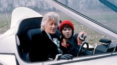 The Third Doctor (Jon Pertwee) and Sarah Jane Smith (Elisabeth Sladen). Doctor Who Season 11, Doctor Who Tv, First Doctor, Good Doctor, Sarah Jane Smith, Dr Sarah, Doctor Who Wallpaper, Jon Pertwee, Classic Doctor Who