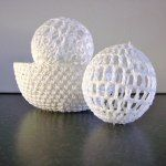 Crochet baubles and bowl Crochet Ball, Wire Crochet, Crochet Home, Crochet Gifts, Knit Crochet, Crochet Christmas Ornaments, Christmas Lights, Crochet Decoration, Idee Diy