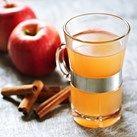 Gløgg kokt på epler er kanskje litt mer tidkrevende enn å koke gløgg fra flaske, men så godt! Julens krydder og litt sitron får koke med og sette preg på smaken.