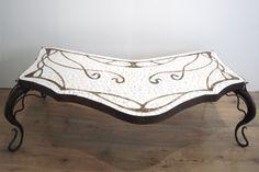 Mesa decorada en mosaicos en trencadís.