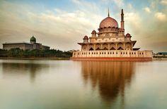 Mesquita Putra, é a principal mesquita de Putrajaya, Malásia. Construção à esquerda é Perdana Putra, o escritório do primeiro-ministro da Malásia.