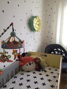 Quarto de bebê moderno foge do azul tradicional e tem objetos de design