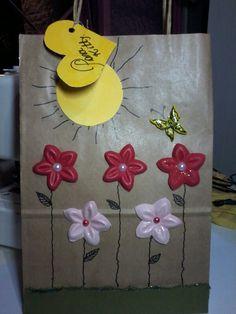 Sacola de Papel com flores em e.v.a e borboleta de biscuit.