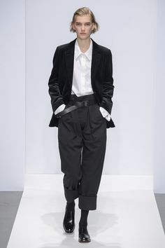 Margaret Howell Fall 2019 Ready-to-Wear Collection - Vogue The complete Margaret Howell Fall 2019 Ready-to-Wear fashion show now on Vogue Runway. Margaret Howell, Street Mode, Street Style, Mode Monochrome, Mode Outfits, Fashion Outfits, New Fashion, Womens Fashion, Fashion Trends