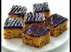 Receita de Bolo de Cenoura Granulado de Chocolate - Massa do bolo:, -4 cenouras grandes, -4 ovos, -2 xícaras de açúcar, -1 xícara de óleo não muito cheia, -2 colheres de sopa manteiga, -2 1/2 xícaras de farinha de trigo, -2 colheres de fermento em pó, -200g de granulado de chocolate, -200gr de chocolate meio amargo derretido, -100gr de creme de leite morno